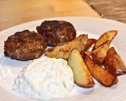 Köttfärsbiffar med kluftpotatis och tsatziki