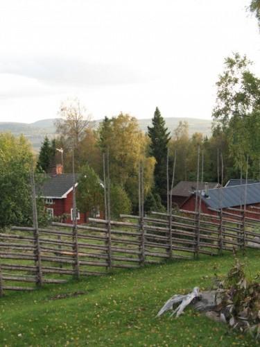 Blånande berg över Budgården