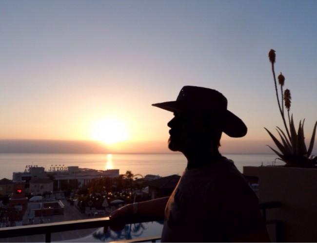 Finsk cowboy i solnedgången över Atlanten. Hotel Costa Los Gigantes, Teneriffa.