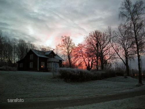 Solen banar sig väg i ett rött sken