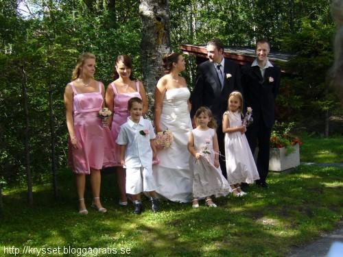 Tärnan Alexandra, tärnan Malin, bruden Emma, brudgummen Johan och bestman Lars, och dem tre sötisarna framför.
