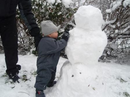 Viggo bygger snögubbe