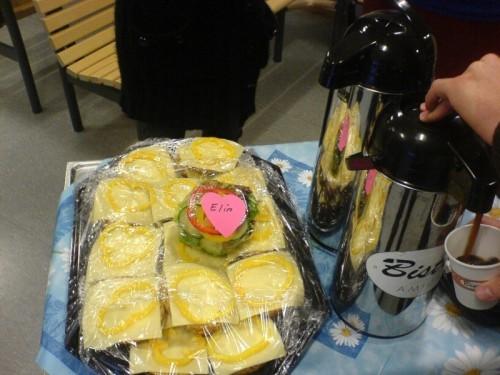 Vår kära kurssekreterare Kerstin tycker att Elin (som inte äter ost) också ska få en smörgås! ♥