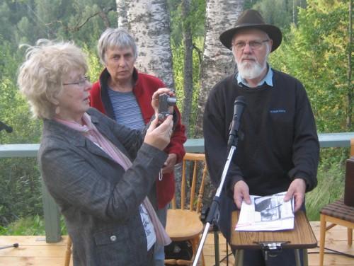 Barbro Åkerstedt ur publiken förevigar arrangörerna Erik och Agneta Yvell, Bokboden i Dalarna.