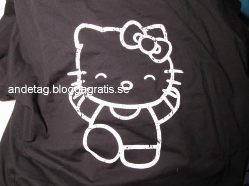 Bak på ryggen på det svarta nattlinnet med Hello Kitty