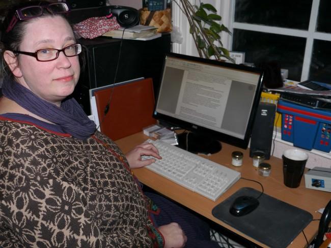 Petra sitter framför en dator