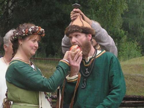 Nej, hon klarar inte av att bita hårt eftersom hennes visdomstand börjat bråka igen, veckan innan bröllopet!