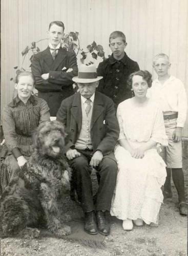 Dalbohund med sin familj