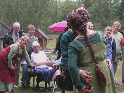 Kolla hur nöjd Sonen, till vänster i bild, ser ut! Farsgubben intill är nog lättad att han änteligen fått mig bortgift! ;)