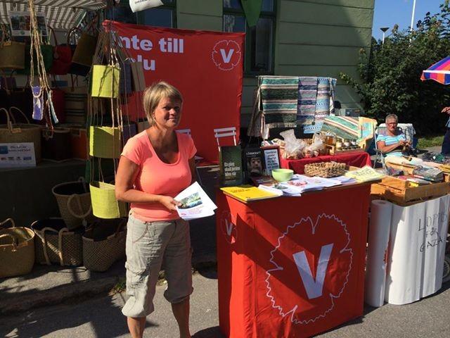 Ulla Andersson delar ut valmaterial på Bergsjödagen