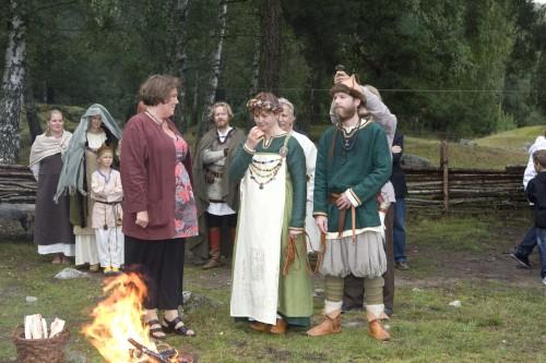 Här har bruden å Freja svårt för att hålla sig för skratt vid äppelskänkningen...