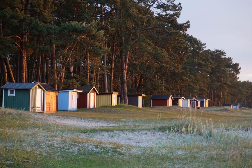 Små gulliga färglada små bodar vid Åhus strand