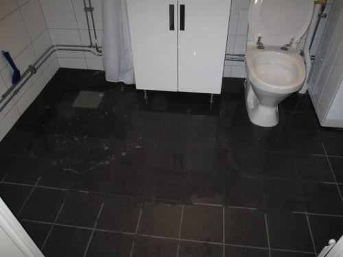 översvämmat badrum