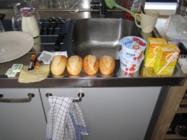 4 baguetter med ost och smör, varsin yoghurt, varsin juice, te och pulverkaffe. Gött att äta i sänge
