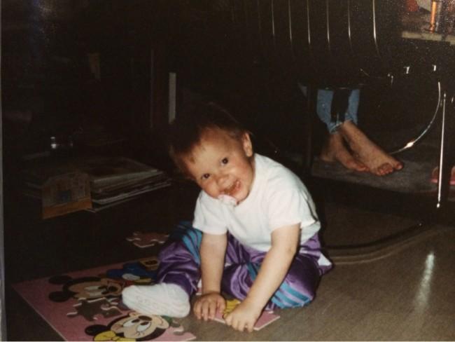 Här sitter mitt lilla kusinbarn Malin och lägger pussel i min lägenhet i Huddinge.