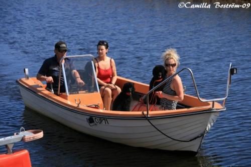 Ingela, Pernilla & pudlarna fick åka båt först.