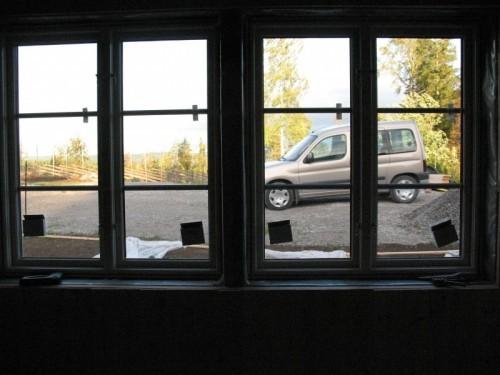 Nya fönstren innifrån med vår Cadillac som bakgrund