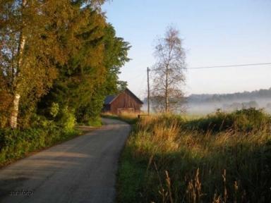 Byvägen med den gamla ladan